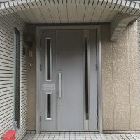 壁をぶち抜いてポストを付けるか、玄関を取り替えるか。