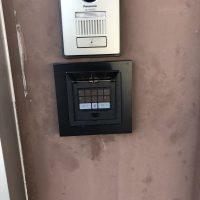 事務所の通用口を暗証番号で開錠できるドアに1dayリフォーム