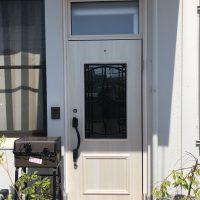 古くなったフロアヒンジドアをかわいい木目の玄関ドアにリフォーム